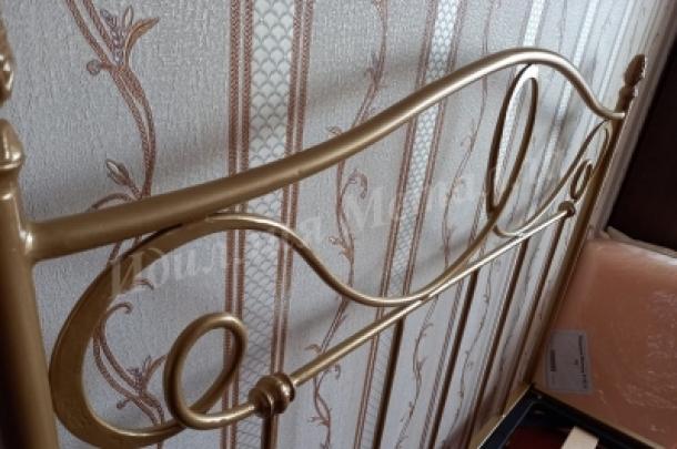 Классическая кованая двуспальная кровать 004